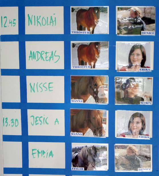 I kojan finns schema för dagens ridning, där kan du se vilken häst/ridledare du ska få.